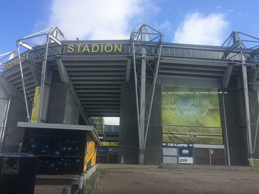 Indgangen til Sydsiden på Brøndby Stadion set udefra.